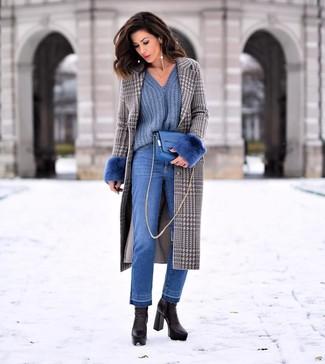 """Как и с чем носить: серое пальто с узором """"гусиные лапки"""", синий свитер с v-образным вырезом, синие джинсы, черные кожаные ботильоны"""