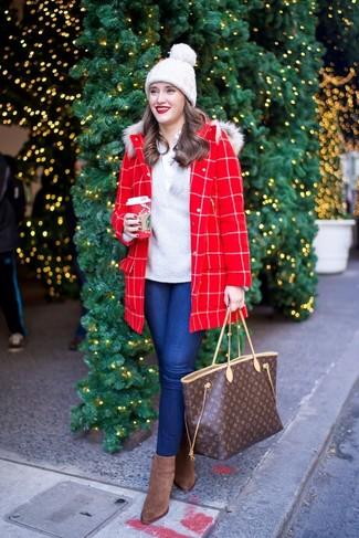 Модные женские луки 2020 фото: Красное пальто в клетку и синие джинсы скинни чудесно подходят для создания городского образа на каждый день. Вместе с этим ансамблем чудесно выглядят коричневые замшевые ботильоны.