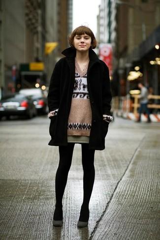 Составив лук из черного пальто и оливковой мини-юбки, можно спокойно отправляться на свидание с парнем или мероприятие с подружками в расслабленной обстановке. Дополнив образ темно-серыми замшевыми туфлями, ты привнесешь в него нотки шика.