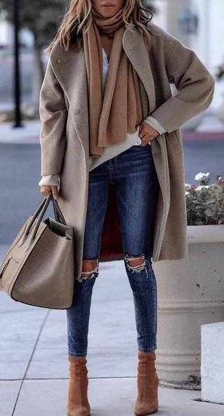 Как и с чем носить: бежевое пальто, бежевый свитер с v-образным вырезом, белая футболка на пуговицах, темно-синие рваные джинсы скинни