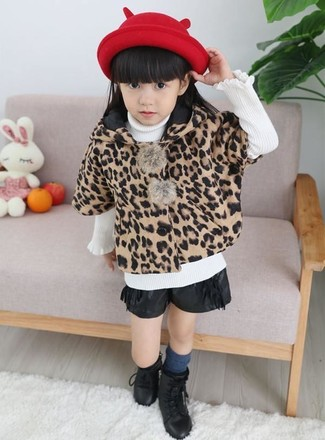 Модный лук: светло-коричневое пальто с леопардовым принтом, белый свитер, черные кожаные шорты, черные ботинки