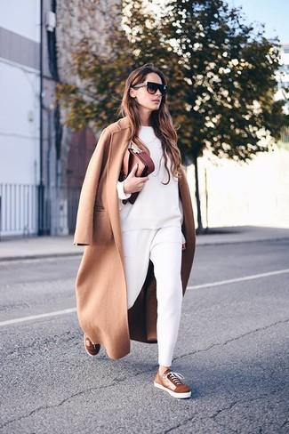 Как и с чем носить: светло-коричневое пальто, белый свитшот, белые брюки-галифе, коричневые замшевые низкие кеды