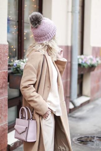 Как и с чем носить: бежевое пальто, бежевый свитшот, бежевые брюки-галифе, розовая кожаная сумка через плечо