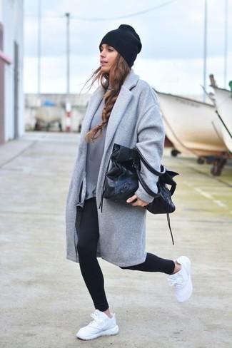 Как и с чем носить: серое пальто, серый свитшот, черные леггинсы, белые кроссовки