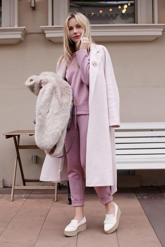 Как и с чем носить: розовое пальто, розовый свитшот, розовые спортивные штаны, белые кожаные лоферы на платформе