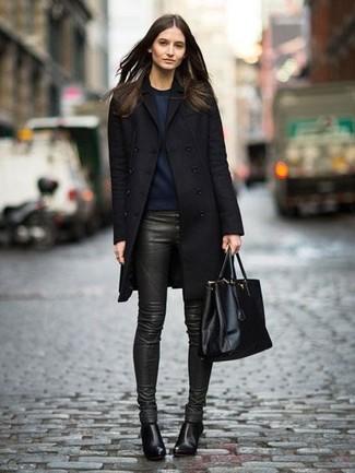 Как и с чем носить: черное пальто, темно-синий свитшот, темно-зеленые кожаные узкие брюки, черные кожаные ботильоны