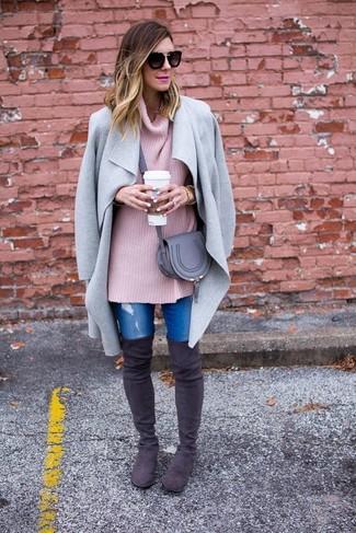 Модный лук: Серое пальто, Розовый вязаный свободный свитер, Синие рваные джинсы скинни, Темно-серые замшевые ботфорты