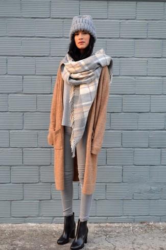 Как и с чем носить: светло-коричневое вязаное пальто, серый свободный свитер, серые джинсы скинни, черные кожаные ботильоны