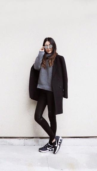 Как и с чем носить: черное пальто, серый вязаный свободный свитер, черные кожаные джинсы скинни, черно-белые кроссовки