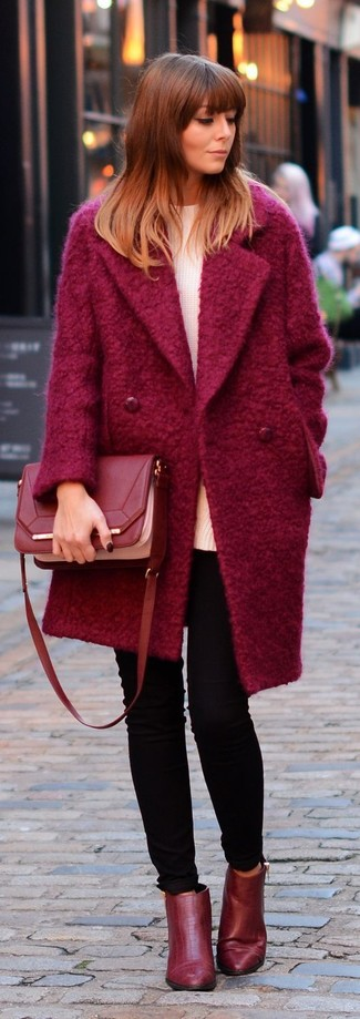 Модный лук: Красное пальто, Белый свободный свитер, Черные джинсы скинни, Красные кожаные ботильоны