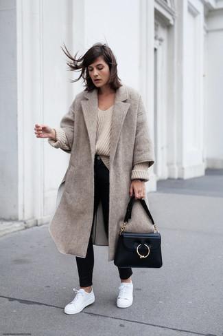 Как и с чем носить: бежевое пальто, бежевый вязаный свободный свитер, черные джинсы скинни, белые кожаные низкие кеды