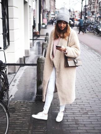 Как и с чем носить: бежевое флисовое пальто, розовый свободный свитер, белые джинсы скинни, белые кожаные низкие кеды