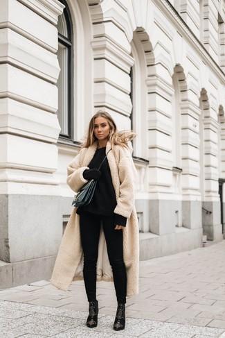 Как и с чем носить: бежевое флисовое пальто, черный вязаный свободный свитер, черные джинсы скинни, черные замшевые ботильоны с украшением