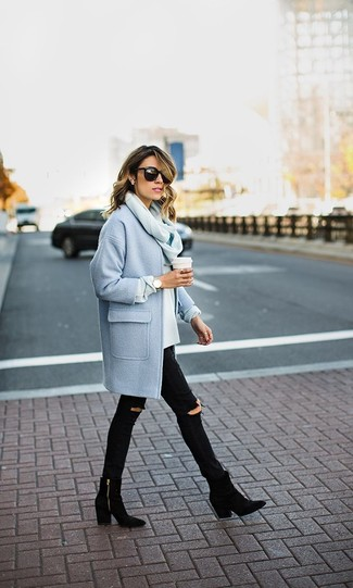 Голубое пальто и черные рваные джинсы скинни — универсальное сочетание и для вечерних вылазок с подружками, и для дневных прогулок на выходных. Если ты не боишься смешивать разные стили, на ноги можно надеть черные замшевые ботильоны.