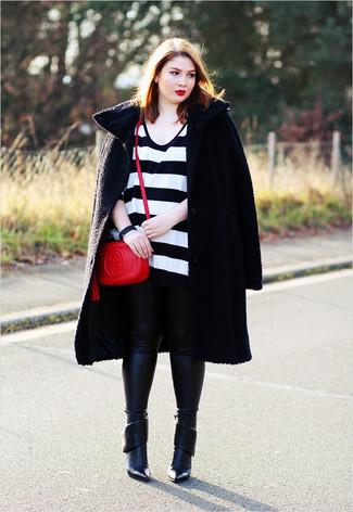 Как и с чем носить: черное пальто с рельефным рисунком, бело-черный свободный свитер в горизонтальную полоску, черные кожаные леггинсы, черные кожаные ботильоны