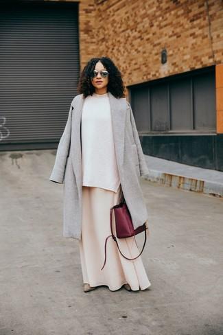 Как и с чем носить: серое пальто, белый вязаный свободный свитер, бежевое платье-макси, бежевые замшевые ботильоны