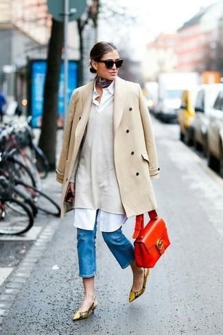 Как и с чем носить: бежевое пальто, бежевый свободный свитер, белое платье-рубашка, светло-коричневые кожаные туфли со змеиным рисунком