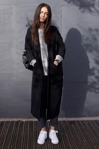 Как и с чем носить: черное пальто, серый свободный свитер, темно-серые шерстяные узкие брюки, белые низкие кеды