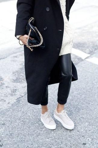 Как и с чем носить: черное пальто, белый вязаный свободный свитер, черные кожаные узкие брюки, бежевые низкие кеды