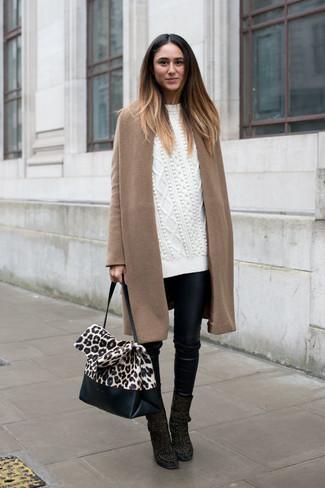 Как и с чем носить: светло-коричневое пальто, белый вязаный свободный свитер, черные кожаные узкие брюки, черные замшевые ботильоны