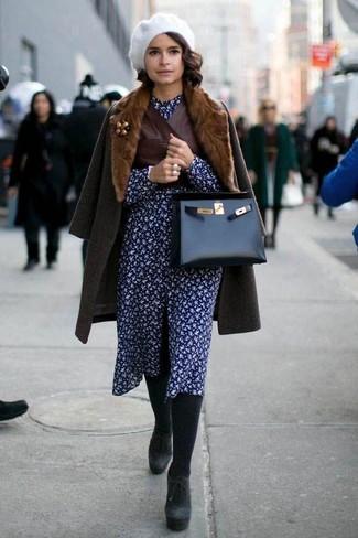Как и с чем носить: темно-коричневое пальто с меховым воротником, темно-коричневая кожаная безрукавка, темно-синее платье-рубашка с цветочным принтом, черные замшевые массивные ботильоны