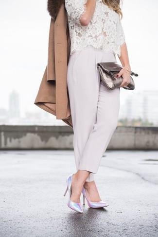 Как и с чем носить: коричневое пальто с меховым воротником, белая кружевная блуза с коротким рукавом, серые брюки-галифе, серебряные кожаные туфли