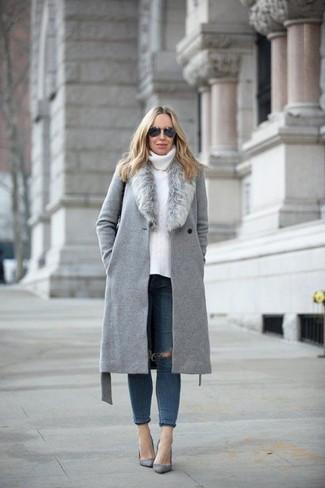 Как и с чем носить: серое пальто с меховым воротником, белая вязаная водолазка, темно-синие рваные джинсы скинни, серые замшевые туфли
