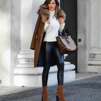 Как и с чем носить: коричневое пальто с меховым воротником, белая водолазка, черные кожаные леггинсы, табачные замшевые ботильоны