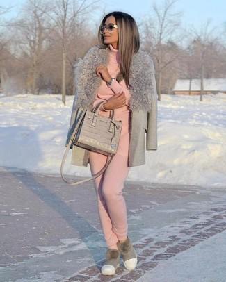 Как и с чем носить: серое пальто с меховым воротником, розовая водолазка, розовые спортивные штаны, серые угги