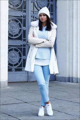 Как и с чем носить: белое пальто с меховым воротником, голубой вязаный свитер, белая классическая рубашка, голубые джинсы скинни