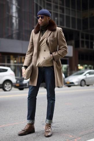 Коричневые кожаные повседневные ботинки: с чем носить и как сочетать мужчине: Если ты приписываешь себя к той немногочисленной группе джентльменов, ориентирующихся в модных тенденциях, тебе подойдет ансамбль из бежевого пальто с меховым воротником и темно-синих джинсов. Весьма модно здесь выглядят коричневые кожаные повседневные ботинки.
