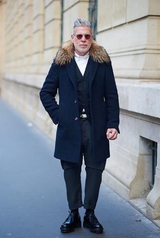 Как Nick Wooster носит Темно-синее пальто с меховым воротником, Темно-синий кардиган, Белая классическая рубашка, Темно-синие брюки чинос