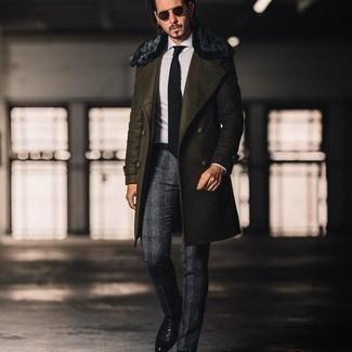 С чем носить темно-синие солнцезащитные очки мужчине: Темно-зеленое пальто с меховым воротником и темно-синие солнцезащитные очки — замечательная формула для воплощения приятного и функционального лука. Боишься выглядеть неаккуратно? Дополни этот образ черными кожаными ботинками челси.