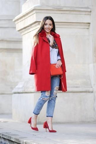 Как и с чем носить: красное пальто с меховым воротником, разноцветная классическая рубашка с принтом, голубые рваные джинсы скинни, красные замшевые туфли