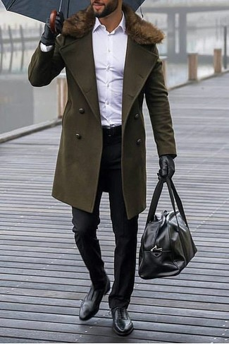 Как и с чем носить: оливковое пальто с меховым воротником, белая классическая рубашка, черные классические брюки, черные кожаные оксфорды