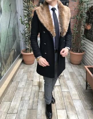 Как и с чем носить: черное пальто с меховым воротником, белая классическая рубашка, серые классические брюки, черные замшевые ботинки броги