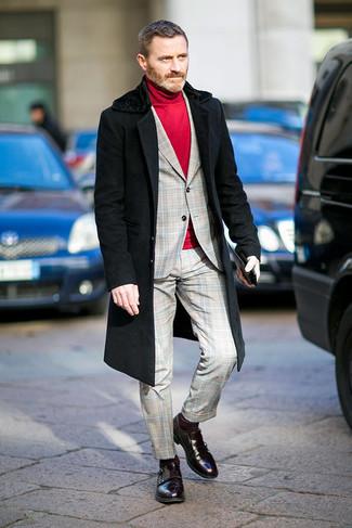 Как одеваться мужчине за 40: Несмотря на то, что этот ансамбль кажется довольно-таки сдержанным, тандем черного пальто с меховым воротником и серого костюма в шотландскую клетку всегда будет по вкусу стильным мужчинам, неизбежно покоряя при этом сердца представительниц прекрасного пола. Что же до обуви, дополни лук темно-красными кожаными монками с двумя ремешками.