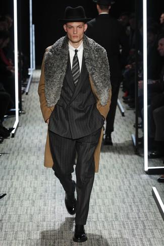 Модный лук: коричневое пальто с меховым воротником, черный костюм в вертикальную полоску, белая классическая рубашка, черные кожаные классические ботинки