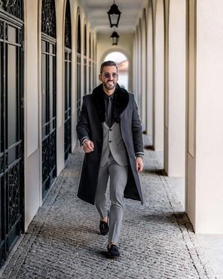 Как и с чем носить: черное пальто с меховым воротником, серый костюм, черная классическая рубашка, черные замшевые лоферы с кисточками