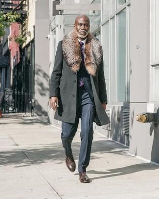 Фиолетовый галстук с принтом: с чем носить и как сочетать мужчине: Для воплощения изысканного мужского вечернего ансамбля идеально подойдет темно-серое пальто с меховым воротником и фиолетовый галстук с принтом. В паре с этим образом выигрышно будут выглядеть темно-коричневые кожаные оксфорды.