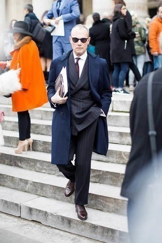 Темно-красный галстук с принтом: с чем носить и как сочетать мужчине: Комбо из темно-синего пальто с меховым воротником и темно-красного галстука с принтом позволит воссоздать строгий деловой стиль. Пара темно-коричневых кожаных оксфордов свяжет образ воедино.