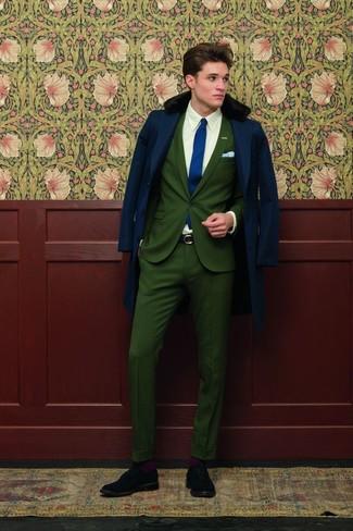 Модный лук: темно-синее пальто с меховым воротником, темно-зеленый костюм, белая классическая рубашка, черные замшевые броги