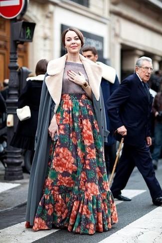 Как и с чем носить: серое пальто с меховым воротником, серая кофта с коротким рукавом, разноцветная длинная юбка с цветочным принтом, золотой браслет
