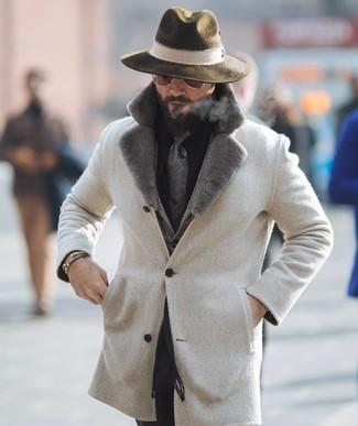 """Как и с чем носить: бежевое пальто с меховым воротником, серый шерстяной пиджак с узором """"в ёлочку"""", черная классическая рубашка, черные классические брюки"""