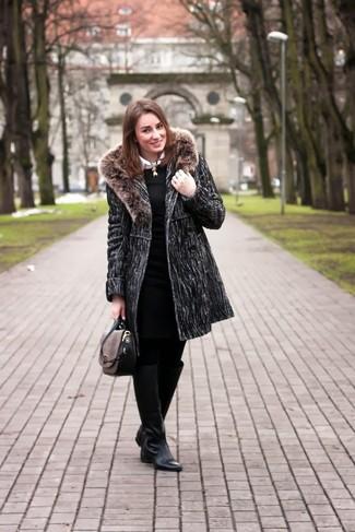Как и с чем носить: темно-серое пальто с меховым воротником, черное вязаное платье-футляр, белая классическая рубашка, черные кожаные сапоги