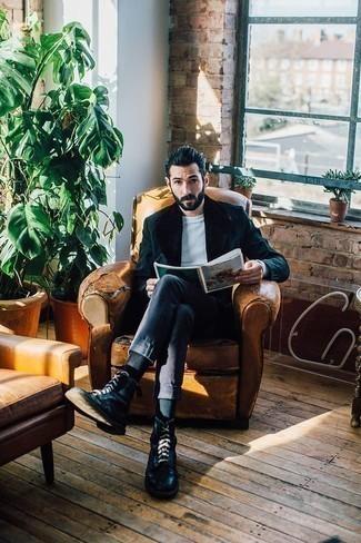 Белый свитер с круглым вырезом: с чем носить и как сочетать мужчине: Белый свитер с круглым вырезом и темно-синие брюки чинос надежно обосновались в гардеробе современных парней, позволяя создавать яркие и удобные луки. Хочешь привнести сюда немного строгости? Тогда в качестве обуви к этому образу, обрати внимание на черные кожаные повседневные ботинки.