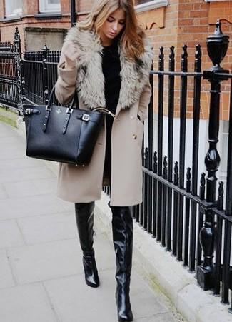 Как и с чем носить: бежевое пальто с меховым воротником, черный свитер с круглым вырезом, черные джинсы скинни, черные кожаные ботфорты