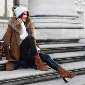 Как и с чем носить: коричневое пальто с меховым воротником, белый свитер с круглым вырезом, черные кожаные леггинсы, коричневые замшевые ботильоны