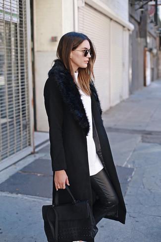 Как и с чем носить: черное пальто с меховым воротником, белый свитер с круглым вырезом, черные кожаные узкие брюки, черная кожаная сумка-саквояж
