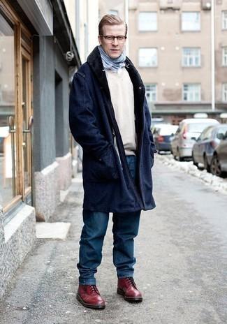 Модные мужские луки 2020 фото зима 2021: Если ты приписываешь себя к той немногочисленной группе молодых людей, неплохо ориентирующихся в моде, тебе подойдет лук из темно-синего пальто с меховым воротником и синих джинсов. Темно-красные кожаные повседневные ботинки станут отличным дополнением к твоему ансамблю. Такой лук будет твоим спасением, когда на улице трескучий мороз.